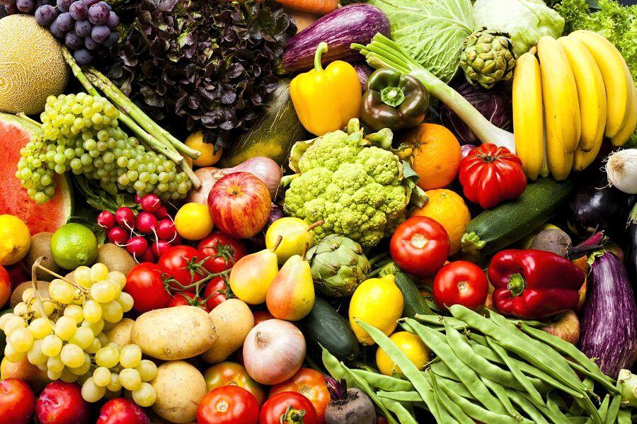 Mercato contadino con prodotti biologici